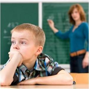 Crianca-distraida-na-escola-300x300